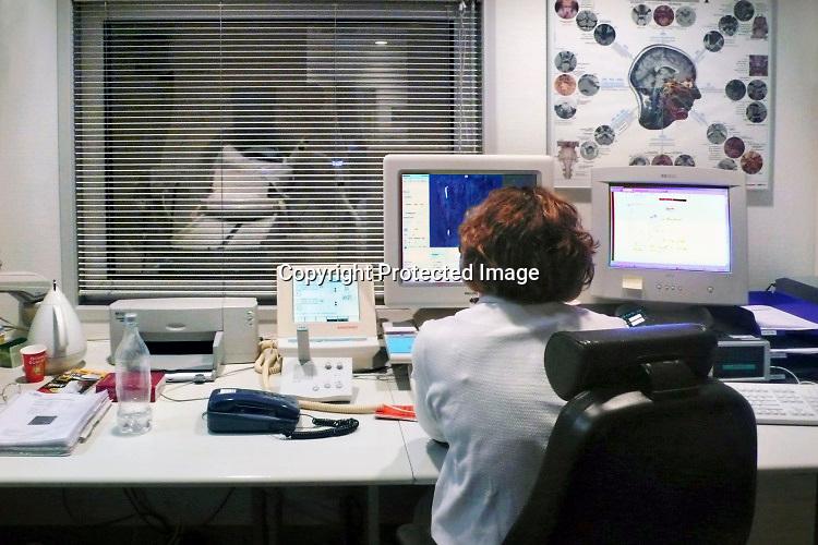 Nederland, Nijmegen, 6-12-2014Een röntgenlaborant van het CWZ ziekenhuis is bezig met het maken van een mri-scan.Foto: Flip Franssen/Hollandse Hoogte
