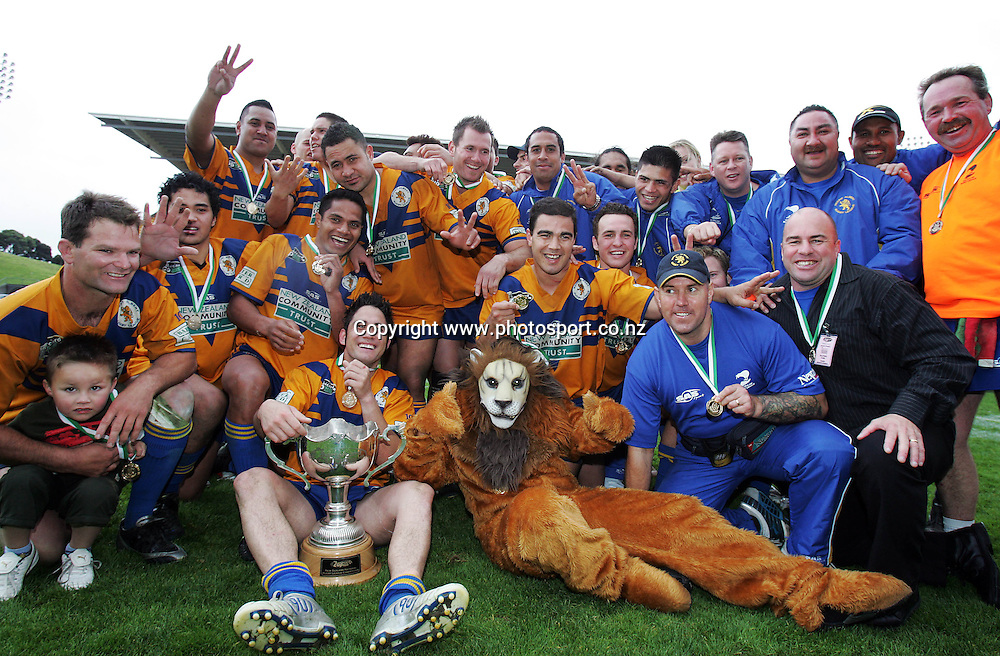 Mt. Albert celebrate after winning the Bartercard Cup Final between Mt. Albert and Canterbury at Ericsson Stadium, Auckland, New Zealand on Sunday September 18, 2005. Mt. Albert won the match, 24 - 22. Photo: Hannah Johnston/PHOTOSPORT<br />