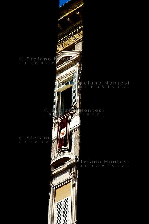 Città del Vaticano 17 Febbraio 2013.La domenica dell'Angelus  del Papa dimissionario..La finestra da dove si affaccia Papa Benedetto XVI...Vatican City,  February 17, 2013.The Sunday of the Angelus of the Pope resigning.The window of Pope Benedetto XVI.