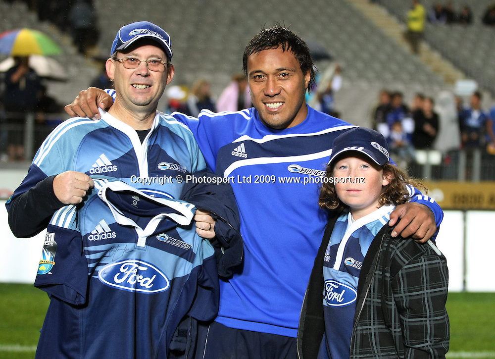 Anthony Tuitavake presents his jersey to some lucky fans. Super 14 rugby union match, Auckland Blues v Lions, Eden Park, Auckland. 10 April 2009. Photo: Simon Watts/PHOTOSPORT