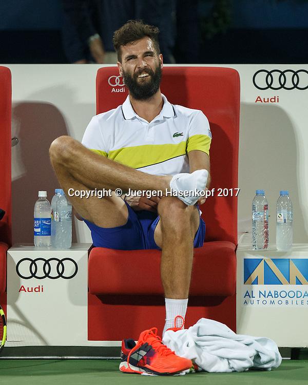 BENOIT PAIRE (FRA) sitzt auf der Bank und wartet auf den Physio, Verletzung,<br /> <br /> Tennis - Dubai Duty Free Tennis Championships - ATP -  Dubai Duty Free Tennis Stadium - Dubai -  - United Arab Emirates  - 27 February 2017. <br /> &copy; Juergen Hasenkopf