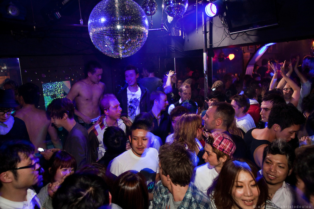 Club Arti-Farty is the busiest club in Nichome. It is mainly popular among Japanese and foreign gay men but lots of straight men and women go there too. Every Friday and Saturday night it gets packed with people untill 5 am when the first trains start running.