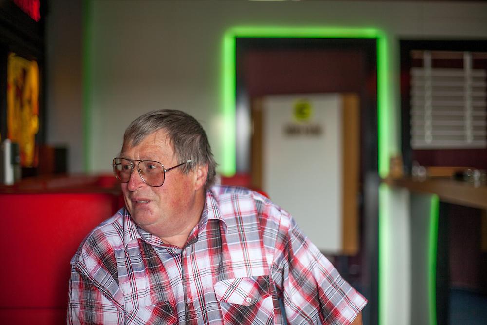 Der frühere Zöllner Miroslav Schwarz in einem Casino Cafe in der Nähe der  ehemaligen Grenzstation in Dolni Dvoriste - von 1955 bis 1989 lag der Ort am Eisernen Vorhang.