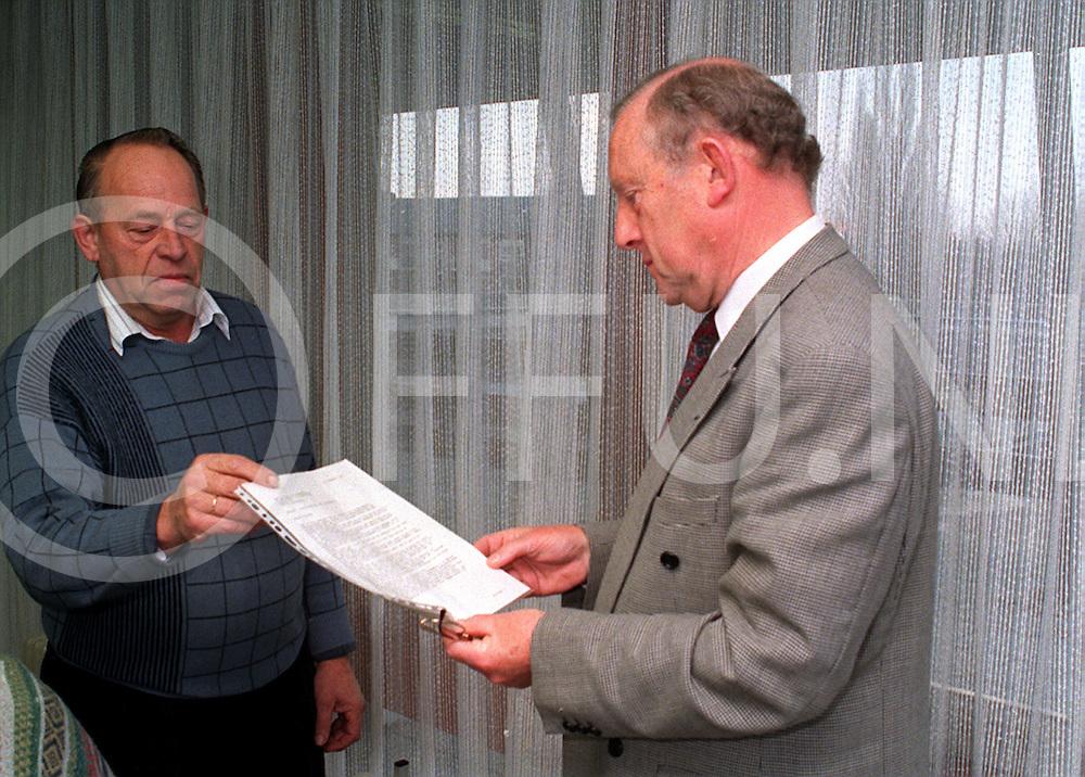 hardenberg dorpswachten bieden petitie aan burgemeester.foto frank uijlenbroek@1995/nico