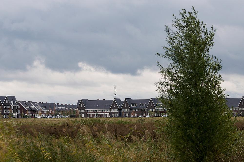 Nederland, Rosmalen, 20121013..Verwilderde graslanden langs de rand van de nieuwbouw..Bij Rosmalen, gemeente Den Bosch wordt een nieuwe stad gebouwd, De Groote Wielen. In de nieuwe wijk worden 6500 woningen gebouwd. Het landschap verandert van een polderlandschap met agrarische bestemming in een stadslandschap..De rafelranden van een nieuwe stad...Netherlands, Rosmalen, 20121013..Wild grasslands along the edge of the new building..Near Rosmalen a new town is being build,  De Groote Wielen. In the new district 6,500 homes are built. The landscape changes from a polder landscape with agricultural destination in a city landscape..The fringes of a new city.