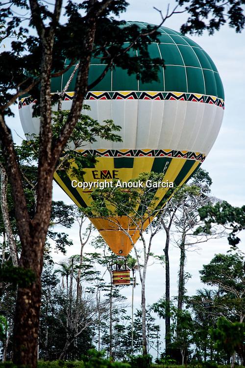 Montgolfière dans la foret amazonienne