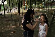 P&eacute;kin, le 18 mai 2014<br />  Xie Yingying maquille sa fille Chu Qiao (Jojo)  lors d'un shoot pour un magasin online de mode enfantine