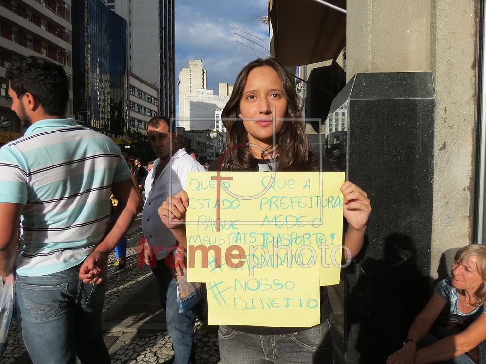 Curitiba(PR)05/02/2015 Manifestação contra o reajuste da tarifa de onibus, reuniu cerca de 200 pessoas na Boca Maldita da capital, que seguiu pelas ruas do centro bloqueando o transito. A policia militar e guardas do Setran  acompanham de perto a manifestacao. Foto:Gisele Pimenta/Frame