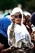 Frankfurt am Main | 20.04.2011..Am Mittwoch (20.04.2011) versammelten sich etwa 3000 ueberwiegend junge Musliminnen und Muslime zu einer Kundgebung mit Reden der radikalen Ismalisten Pierre Vogel (Abu Hamza) und Dr. Abu Bilal Philips auf dem Rossmarkt in Frankfurt am Main. Hier: Eine junge Muslimin fotografiert mit einer Digitalkamera...©peter-juelich.com..[No Model Release | No Property Release]1