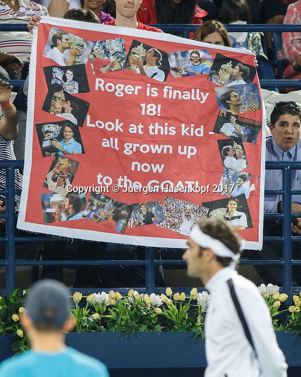 ROGER FEDERER schaut auf ein Plakat das seine Fans auf der Tribuene hochhalten<br /> <br /> Tennis - Dubai Duty Free Tennis Championships - ATP -  Dubai Duty Free Tennis Stadium - Dubai -  - United Arab Emirates  - 27 February 2017. <br /> &copy; Juergen Hasenkopf