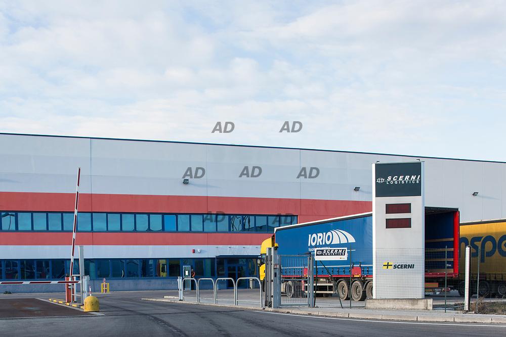 Dopo l'acquisizione di un primo magazzino, nel 2008, per lo stoccaggio dei prodotti Whirlpool, il Gruppo Scerni Logistics di Genova si è ingrandito raggiungendo gli attuali 80mila mq. Il magazzino, diviso in due capannoni, gestisce la distribuzione su tutta Europa degli oltre 300mila pezzi ivi stoccati per Whirlpool. Uno dei due capannoni è dedicato unicamente alla Ikea, di cui Whirlpool è fornitrice di elettrodomestici.