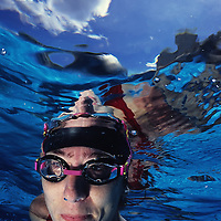 Una mujer nada debajo del agua. (Jimmy Villalta / Orinoquiaphoto)  A woman swims underwater. (Jimmy Villalta / Orinoquiaphoto).