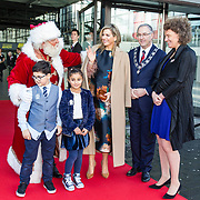 NLD/Rotterdam/20171214 - Maxima bij Kerst Muziek gala 2017, Koningin Maxima met de kerstman en burgemeester Aboutaleb en Annemarie Gehrels