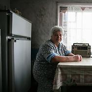 Ludmilla Mikolaivna, habitante de PoliskÈ dans la zone interdite, est retraitÈe. Ancienne secrÈtaire de líadministration centrale de la ville, elle vit avec son mari, ancien liquidateur, dont la santÈ est fragile. ´ On est des hommes comme les autres, avec des besoins et des envies, simplement on vit ici ‡ PoliskÈ ª dit-elle. ´ On a la tÍte dure ª. Ils sont revenus finir leur vie dans leur ville, aprËs un passage ‡ Kiev, malgrÈ les risques quíils encourent. Avant la catastrophe, la ville abritait 11.000 habitants. Aujourdíhui, 20 habitants y vivent. Les maisons sont dÈtruites ñ soit par des pillards, soit par líEtat pour dissuader de possible ´ acquÈreurs ª - et rendent les lieux ‡ líimage díun paysage de guerre