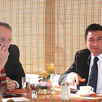 TOLUCA, México.- El secretario de Finanzas,  Raúl Murrieta Cummings aseguro que será mediante el consenso como se apruebe el presupuesto 2010 y no mediante la mayoría priista en el congreso local. Agencia MVT / José Hernández. (DIGITAL)