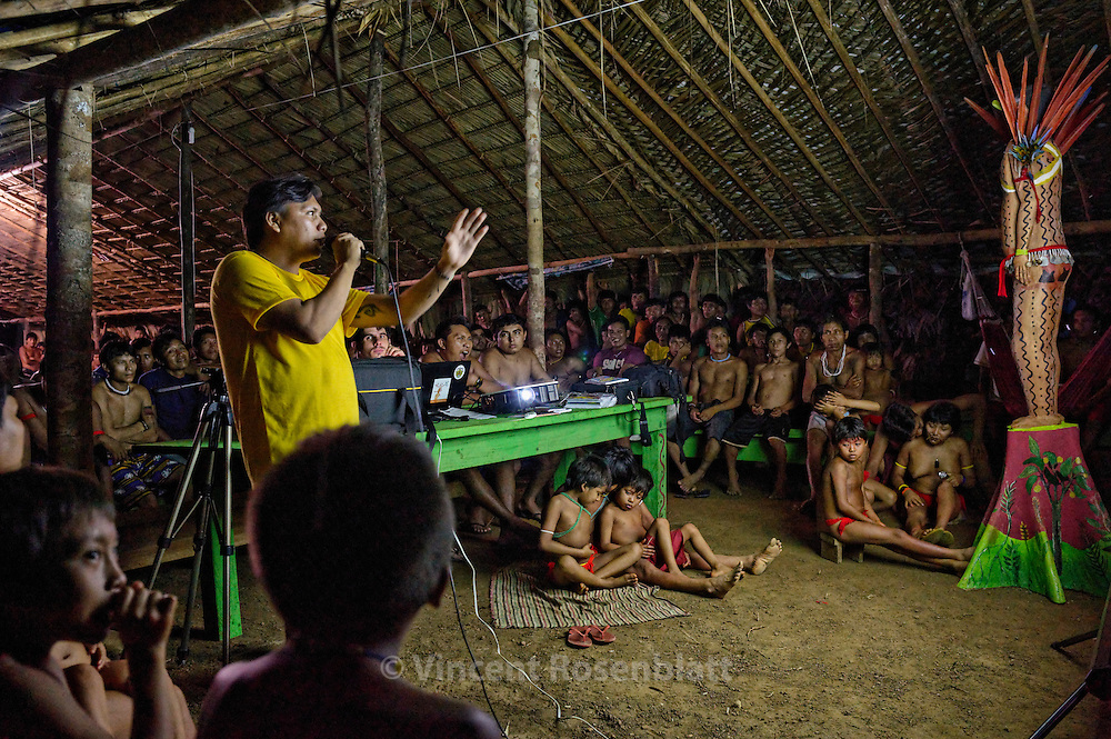 Hutukara Assembly - with Yanomami representants from the whole territory. Debates on policies, projects and problems run until late at night.