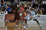 DESCRIZIONE : Ferrara Lega A 2011-12 Umana Venezia Sidigas Avellino<br /> GIOCATORE : tim bowers<br /> CATEGORIA :  palleggio controcampo<br /> SQUADRA : Umana Venezia Sidigas Avellino <br /> EVENTO : Campionato Lega A 2011-2012<br /> GARA : Umana Venezia Sidigas Avellino <br /> DATA : 06/05/2012<br /> SPORT : Pallacanestro<br /> AUTORE : Agenzia Ciamillo-Castoria/M.Gregolin<br /> Galleria : Lega Basket A 2011-2012<br /> Fotonotizia :  Ferrara Lega A 2011-12 Umana Venezia Sidigas Avellino <br /> Predefinita :
