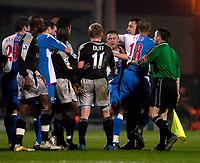 Fotball<br /> England 2004/2005<br /> Foto: SBI/Digitalsport<br /> NORWAY ONLY<br /> <br /> Blackburn Rovers v Chelsea, Barclays Premiership, 02/02/2005.<br /> Referee Uriah Rennie (R) struggles to keep control of a bad tempered match.