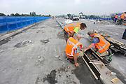 Nederland, Nijmegen 2-8-2012Werkzaamheden aan de weg. De brug over het maaswaal kanaal bij Neerbosch. Wegwerkesr bezig met een bekisting. A73 Foto: Flip Franssen/Hollandse Hoogte
