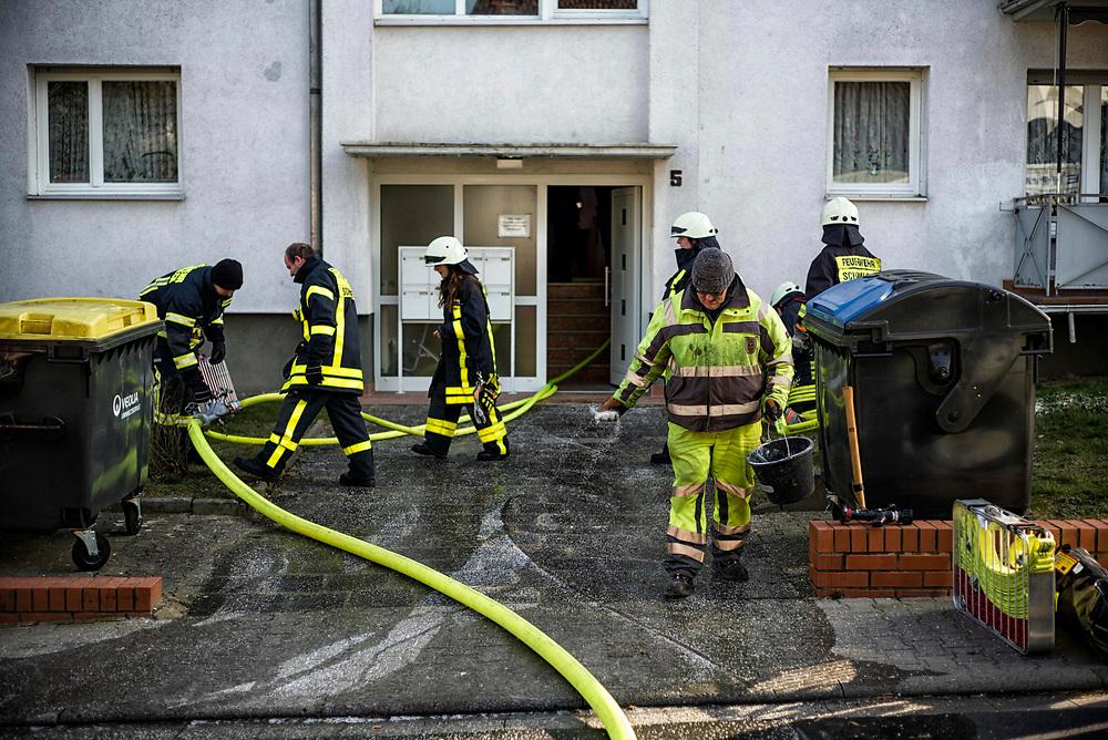 Sch&ouml;neck-Kilianst&auml;dten | Deutschland | 27.02.2018: Brand in einem Wohnhaus bei  Minusgraden.<br /> <br /> hier: Ein Mitarbeiter des &ouml;rtlichen Bauhofes streut Streusalz auf das gefrorene L&ouml;schwasser vor dem Geb&auml;ude<br /> <br /> Sascha Rheker<br /> 20180227<br /> <br /> [Inhaltsveraendernde Manipulation des Fotos nur nach ausdruecklicher Genehmigung des Fotografen. Vereinbarungen ueber Abtretung von Persoenlichkeitsrechten/Model Release der abgebildeten Person/Personen liegt/liegen nicht vor.]