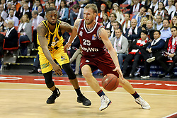 09.12.2017, Audi Dome, Muenchen, GER, EasyCredit BBL, FC Bayern Muenchen Basketball vs MHP Riesen Ludwigsburg, 12. Runde, im Bild Zweikampf zwischen Elgin Cook (Ludwigsburg) und Anton Gavel (Muenchen) // during the easyCredit Basketball Bundesliga 12th round match between MHP Riesen Ludwigsburg and 12.Spieltag at the Audi Dome in Muenchen, Germany on 2017/12/09. EXPA Pictures &copy; 2017, PhotoCredit: EXPA/ Eibner-Pressefoto/ Marcel Engelbrecht<br /> <br /> *****ATTENTION - OUT of GER*****