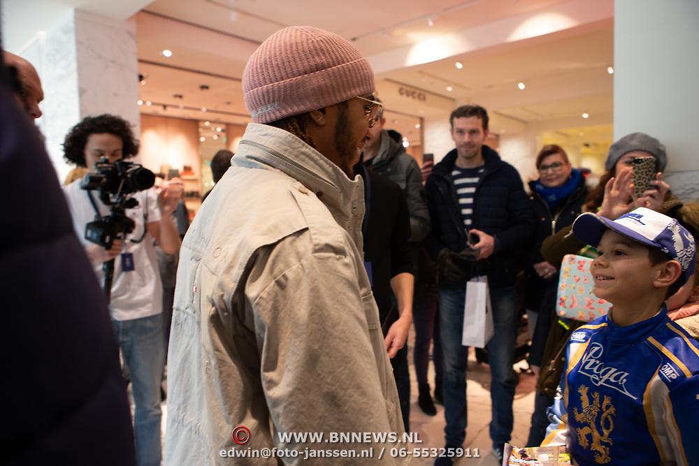 NLD/Amsterdam/20200229 - Lewis Hamilton lanceert de kledinglijn TommyXLewis, Lewis Hamilton en een kleine racefan