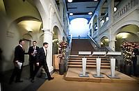 Nederland. Den Haag, 25 maart 2009.<br /> Na de verklaring in de Tweede Kamer waareen verklaring werd afgelegd over de crisismaatregelen., geven Balkenende, Bos en Rouvoet een persconferentie over het crisisakkoord in de hak van het ministerie van Algemene Zaken. Bij de aanpak van de financiele crisis is een bijdrage van iedereen noodzakelijk. Dat stelde premier Jan Peter Balkenende woensdag in de Tweede Kamer. <br /> Mariette Hamer verlaat de vergaderzaal, op weg naar haar werkkamer. . De top van het kabinet en de sociale partners hebben gisteravond laat een principe-akkoord gesloten.<br /> Foto Martijn Beekman<br /> NIET VOOR PUBLIKATIE IN LANDELIJKE DAGBLADEN.