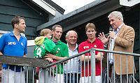 BLOEMENDAAL - Oud internationals Eby Kessing, Ronald Brouwer en Nick Meijer, alle spelers van Bloemendaal, namen afscheid met een afscheidsdrieluik. Samen met Joof Verhees en voorzitter Hendrik Goeman Borgesius. COPYRIGHT KOEN SUYK