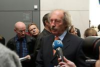 14 OCT 2003, BERLIN/GERMANY:<br /> Schmidtbauer, MdB, SPD, vor Beginn der Sitzung der SPD Fraktion, Deutscher Bundestag<br /> IMAGE: 20031014-01-020<br /> KEYWORDS: Fraktionssitzung