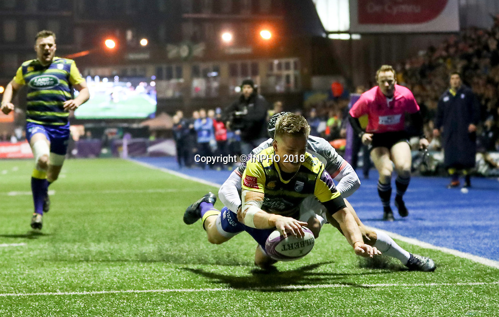 European Rugby Challenge Cup Round 5, BT Sport Cardiff Arms Park, Cardiff, Wales 14/1/2018<br /> Cardiff Blues vs Toulouse<br /> Cardiff Blues's Gareth Anscombe scores his sides second try despite Cheslin Kolbe of Toulouse<br /> Mandatory Credit &copy;INPHO/James Crombie