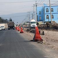METEPEC, Mexico (Enero 19,2017).- Los trabajos de la ampliación de la avenida Capultitlan, de la vialidad Pinosuares hasta la prolongación Heriberto Enriques, de las colonias la Michoacana y Jiménez Gallardo de Metepec, tienen un avance de más del 50%  . Agencia MVT. José Hernández.