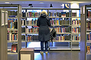 Nederland, Nijmegen, 27-10-2018Openbare Bibliotheek. Deze voorziening staat landelijk onder druk vanwege de bezuinigingen die via de regering bij de gemeenten gelegd worden. Kleine vestigingen of filialen in de wijk moeten sluiten. De bibliotheken organiseren steeds meer culturele avonden en andere publieksactiviteiten om het bezoekersaantal omhoog te krijgen . Ook in de gemeente nijmegen heeft een grote reorganisatie plaatsgevonden. Foto: Flip Franssen
