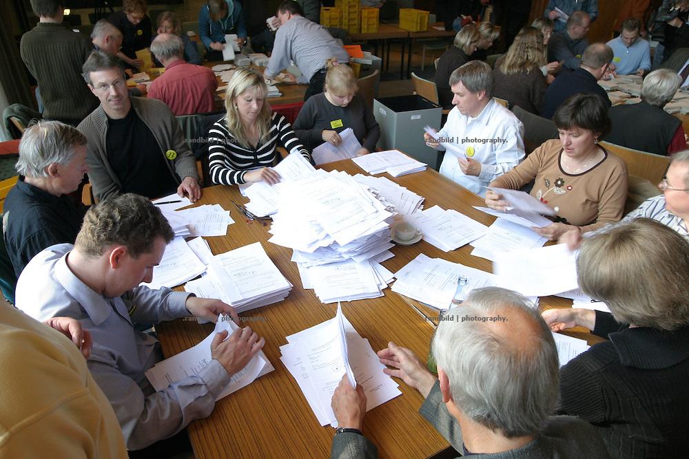 In einem Bürgervotum entschieden sich eine knappe Mehrheit der Einwohner des Landkreises Lüchow-Dannenberg für die Auflösung ihres Kreises und die Einrichtung einer kreisfreien Samtgemeinde. Die sogenannte Strukturreform hat Modellcharakter für Deutschland.