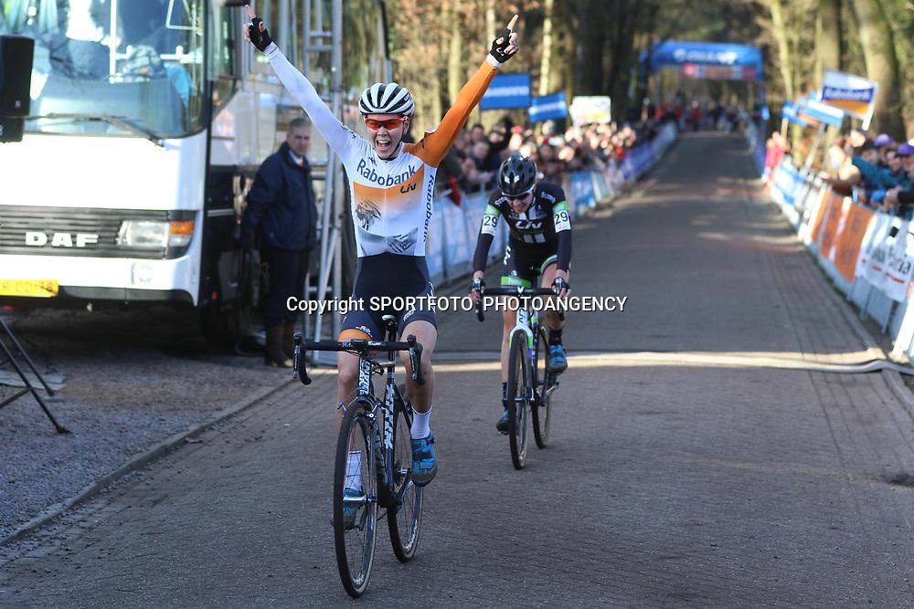 10-01-2016: Wielrennen: NK Veldrijden: Hellendoorn <br /> HELLENDOORN (NED) veldrijden Op de flanken van de Sallandse Heuvelrug streden de veldrijders om de Nederlandse titel bij de vrouwen .