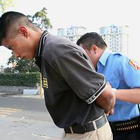Toluca, Mex.- Policias municipales de Toluca, aseguran a un sujeto que trataba de violar a una niña de 15 años en el interior de una bodega refresquera de la colonia Valle Verde. Agencia MVT / Mario Vazquez de la Torre. (DIGITAL)<br /> <br /> <br /> <br /> <br /> <br /> <br /> <br /> NO ARCHIVAR - NO ARCHIVE