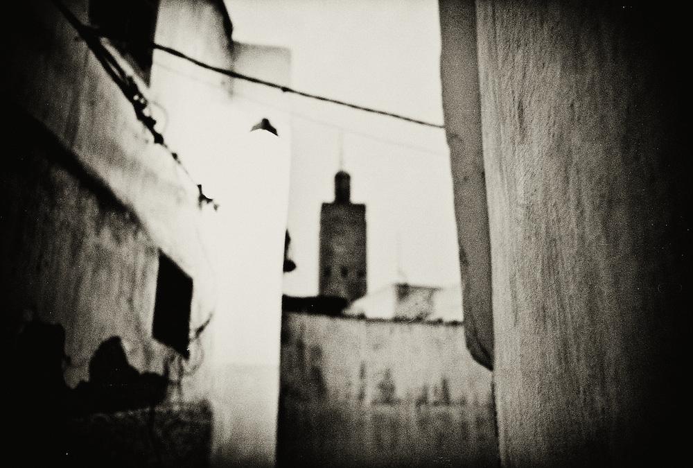 198 / Minarett in der Medina von Sale: AFRIKA, MAR, MAROKKO, SALE, Maerz 2010: Minarett in der Medina von Sale in der Daemmerung. Sale ist die Nachbarstadt von Rabat am noerdlichen Ufer des Bou-Regreg an der Atlantikkueste von Marokko. - Marco del Pra / imagetrust - Stichworte: Afrika, Marokko, Maghreb, Maroc, Sale, Rabat, Medina, Altstadt, Koenigreich, Koenig, Mohammed VI, Islam, islamisch, Muslim, muslimisch, Sufi, Sufismus, Religion, Schwarz, Weiss, Moschee,  Minarett,