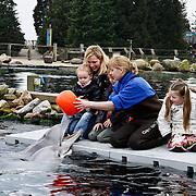 NLD/Harderwijk/20100320 - Opening nieuwe Dolfinarium seizoen met nieuwe show, Tanja Jess met haar kinderen Bobby en Billy spelent met de dolfijnen