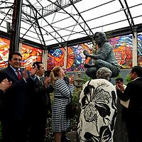 Toluca, México.- (Abrilo 03, 2017).- Eduardo Gasca Pliego, Secretario de Cultura acompañado por la Dolores Almada, develaron la escultura del maestro Leopoldo Flores, en el Jardín Botanico Cosmovitral. Agencia MVT / Crisanta Espinosa.