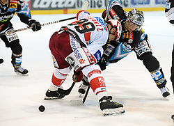 19.09.2010, Keine Sorgen Eisarena, Linz, AUT, EBEL, EHC Liwest Linz vs EC KAC, im Bild Daniel Oberkofler (Liwest Black Wings,#74) und Jeff Shantz (EC KAC,#39), EXPA Pictures © 2010, PhotoCredit: EXPA/R.Eisenbauer