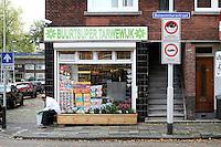 Buurtwinkel op de hoek van de Boelstraat en de Bonaventurastraat. De laatste is een van de grootste probleemstraten in de Rotterdamse Tarwewijk. Veel van de kleine huurwoningen worden bewoond door groepen Oosteuropese mannen die hier illegaal wonen.