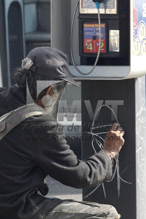 """TOLUCA, México.- Este hombre que deambula por las calles de Toluca aprovecha cualquier espacio para pintar los conocidos """"chinitos"""" que se pueden observar por los muros de la capital mexiquense, acompañado siempre por varios perros que lo cuidan en sus recorridos. Agencia MVT / Crisanta Espinosa. (DIGITAL)"""