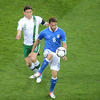 FUSSBALL  EUROPAMEISTERSCHAFT 2012   VORRUNDE Italien - Irland                       18.06.2012 Keith Andrews (li, Irland) gegen Claudio Marchisio (re, Italien)