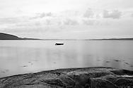 Svaberg og båt i nærheten av Vestvik, på vestsiden av Skarnsundet ved Inderøy Nord-Trøndelag...Slopes of naked rock and boat near Vestvik, on the western side of Skarnsundet Northern Troendelag.