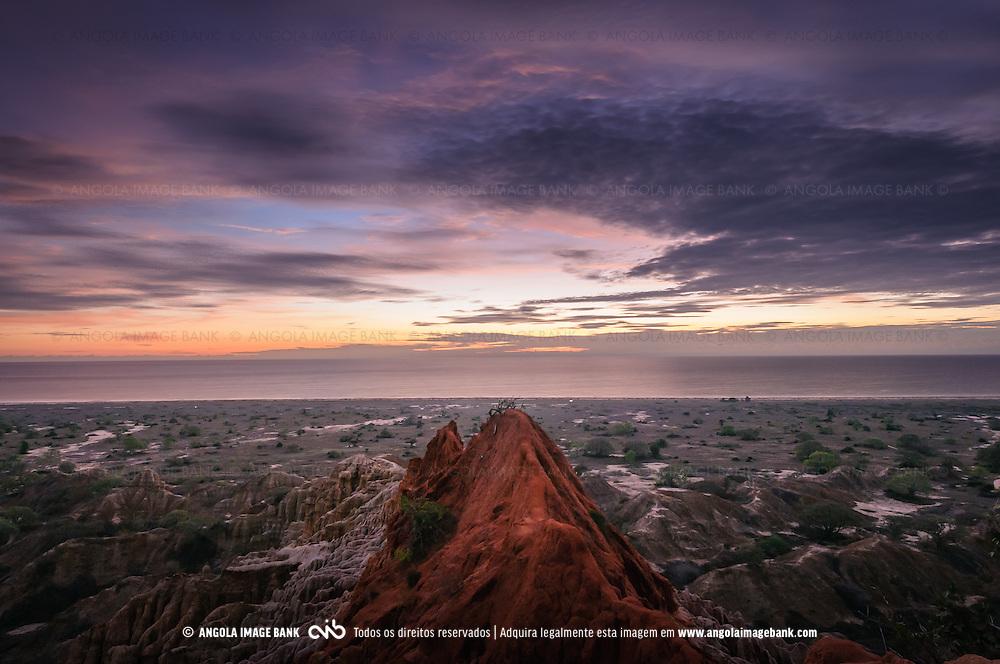 O Miradouro da Lua ao cair da noite. Situado ha cerca de 60km a sul da cidade de Luanda, é um lugar turístico bem conhecido e apreciado. Província de Luanda. Angola.