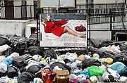 Italie, Aversa, 6-3-2008..Afvalbergen in de straten van Napels en omgeving. De stad weet met zijn afval geen raad meer en in het hele gebied liggen illegale hopen afval. Een nieuwe vuilverbrandingsoven is pas in 2009 bedrijfsklaar. Tot die tijd heeft de maffia, camorra grote invloed op de afvalverwerking van deze stad...Industrieel afval en huishoudelijk afval veroorzaken grote water en bodemvervuiling, terwijl de streek een belangrijk tuinbouwgebied is...Foto: Flip Franssen