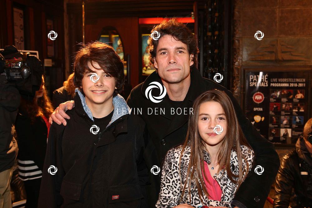 AMSTERDAM - Daniel Boissevain en zijn kinderen op de rode loper van de filmpremiere Dik Trom zondag in Amsterdam.  FOTO LEVIN DEN BOER - PERSFOTO.NU