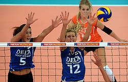 07-09-2013 VOLLEYBAL: EK VROUWEN DUITSLAND - NEDERLAND: HALLE<br /> Nederland verliest met 3-2 van Duitsland / Robin de Kruijf, Manon Flier<br /> ©2013-FotoHoogendoorn.nl