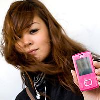 Nederland Rotterdam 3 december 2007 .meisje toont mobieltje.Foto David Rozing