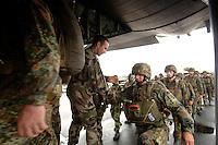 26 SEP 2006, LIBREVILLE/GABON:<br /> Fallschirmjaeger der Bundeswehr, Teil des Kontingents  des EUFOR RD CONGO, waehrend dem Einsteigen in ein Transportflugzeug, auf dem miltaerisdchen Teil des Flughafens Libreville<br /> IMAGE: 20060925-01-069<br /> KEYWORDS: Bundeswehr, Soldat, Soldaten, Fallschirmjäger, Afrika, Africa