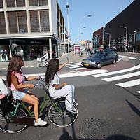 Nederland, Zaandam , 5 juli 2013.<br /> Wandeling door de binnenstad van Zaandam.<br /> Starten bij De Werf aan de Oostzijde. Daarvandaan kun je lopen op een soort boulevard tussen de flats en het water. De eerste stop is De Fabriek, filmhuis en eetcafé met terras aan de Zaan met uitzicht op de sluis. Daarna de sluis zelf.<br /> Dan langs het winkelgebied richting de Koekfabriek: Het oude Verkade pand dat is verbouwd en waar nu de bieb en sportschool en restaurant etc. in zitten.<br /> (Dat is aan de overkant van het startpunt) en misschien nog de Zwaardemaker meepakken aan de Oostzijde. Dat is een oud pakhuis die Rochdale enige jaren geleden heeft verbouwt tot appartementen met een stukje Nieuwbouw.<br /> Ook doen: het Russische buurtje vlakbij de Zaan. Dit jaar staat Rusland in de schijnwerpers en Zaandam heeft een speciale band met Rusland, vanwege het Czaar Peterhuisje en de Russische buurt. <br /> Op de foto: Het centrum richting de Dam<br /> Foto:Jean-Pierre Jans
